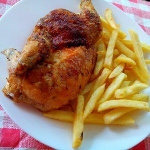 foto de medio pollo con patatas Del Chef en Granada